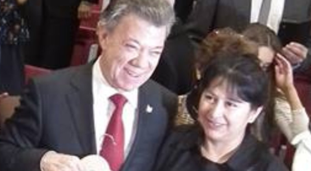 Maria presents President Juan Manuel Santos with the specially-made shirt