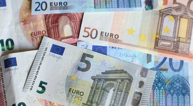 Euro falls as European Central Bank minutes reveal exchange rate fears