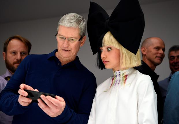 Apple CEO Tim Cook shows Maddie Ziegler a new iPhone 7