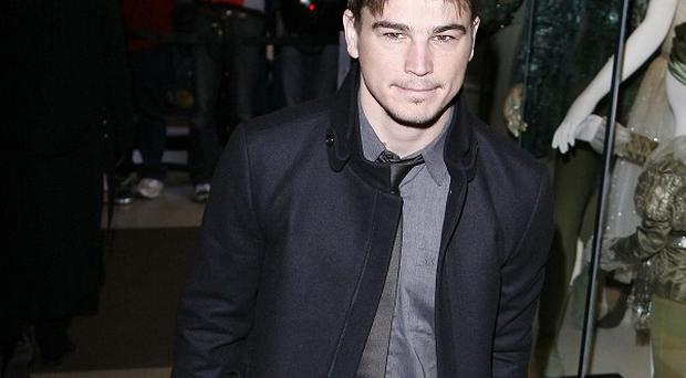Josh Hartnett says it's not a good idea to date co-stars