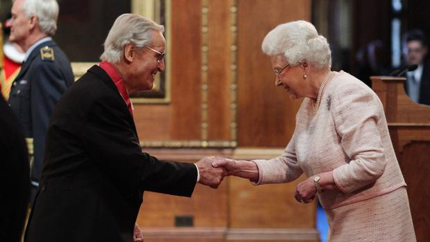 Parsons meets the Queen during an investiture ceremony (Jonathan Brady/PA)