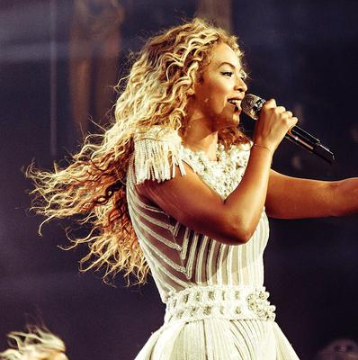 Beyonce's flowing locks became tangled in a fan during a gig in Canada