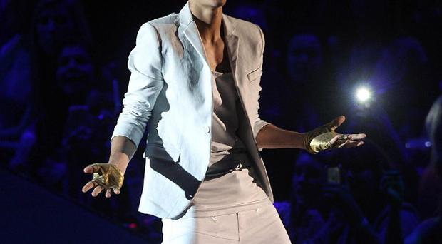 Justin Bieber has apologised to fans after he was late on stage