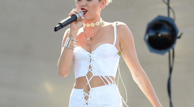 Miley Cyrus wants to give Justin Bieber advice