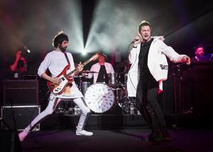 Serge Pizzorno and Tom Meighan on stage together (PA)