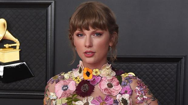 Taylor Swift and her mother have donated 50,000 dollars (£36,000) to a mother-of-five who lost her husband to coronavirus (Jordan Strauss/Invision/AP)