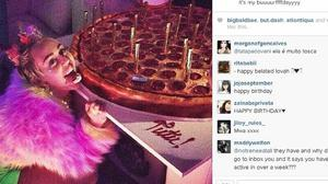 Miley Cyrus poses with her pizza cake (Miley Cyrus/Instagram)