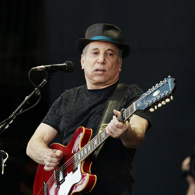 Disorderly conduct charges against singer Paul Simon and his wife, Edie Brickell, related to a fight at the couple's home, are being dropped