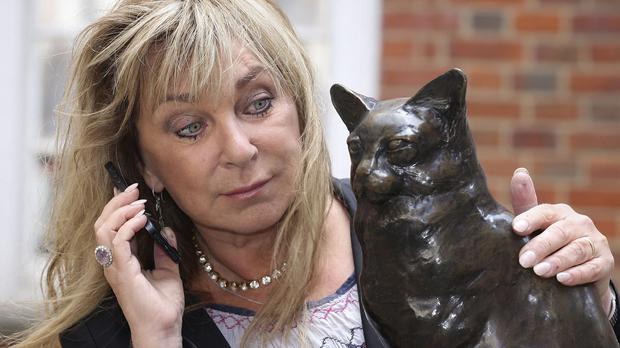 Helen Lederer with a statue of Hodge the Cat at the launch of Talking Statues