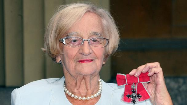 Liz Smith in 2009 with her MBE for services to drama