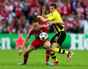 LONDON, ENGLAND - MAY 25:  Robert Lewandowski of Borussia Dortmund (R) in action with Franck Ribery of Bayern Muenchen during the UEFA Champions League final match between Borussia Dortmund and FC Bayern Muenchen at Wembley Stadium on May 25, 2013 in London, United Kingdom.  (Photo by Alex Grimm/Getty Images)