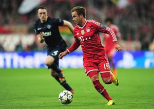MUNICH, GERMANY - APRIL 09:  Mario Goetze of Bayern Muenchen goes past Phil Jones of Manchester United during the UEFA Champions League Quarter Final second leg match between FC Bayern Muenchen and Manchester United at Allianz Arena on April 9, 2014 in Munich, Germany.  (Photo by Shaun Botterill/Getty Images)