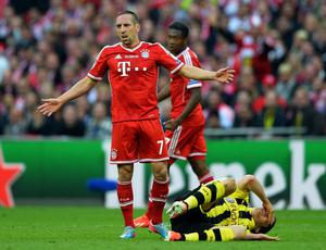 LONDON, ENGLAND - MAY 25:  Franck Ribery of Bayern Muenchen (L) reacts after Robert Lewandowski of Borussia Dortmund goes down during the UEFA Champions League final match between Borussia Dortmund and FC Bayern Muenchen at Wembley Stadium on May 25, 2013 in London, United Kingdom.  (Photo by Laurence Griffiths/Getty Images)