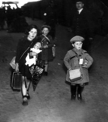 WORLD WAR II: BELFAST AIR RAIDS. CHILDREN EVACUATED. April/May 1941. Children being evacuated at the railway station. AR 60.