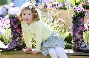 5 May 2017 - Picture by Darren Kidd / Press Eye.   The glorious May weather continues today (Fri 5th May) as the gates open to Northern IrelandÕs premier gardening event - Allianz Garden Show Ireland at Antrim Castle Gardens.  Promising a fabulous Festival of Flowers, Food and Fun, the three day Show is set to welcome a bumper crowd to the stunning Antrim setting over the weekend. Enjoying the sunshine is Alice Smyth from Ballymena.   The Allianz Garden Show Ireland will run from 5th - 7th May at Antrim Castle Gardens and is open daily from 10am-6pm with parking in town centre car parks and at The Junction with a shuttle bus running. Adults tickets cost £10 (concession £8), the event is FREE for children under 16 and there is a reduced rate for online booking. For more information visit www.gardenshowireland.com.