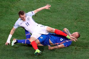 England's forward Jamie Vardy (top) and Iceland's defender Ragnar Sigurdsson vie for the ball during the Euro 2016 round of 16 football match between England and Iceland at the Allianz Riviera stadium in Nice on June 27, 2016. / AFP PHOTO / Valery HACHEVALERY HACHE/AFP/Getty Images