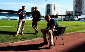 PARIS, FRANCE - OCTOBER 16:  Match officials, including the referee Wayne Barnes (R) look dejected after hearing of the news of the death of Munster coach Anthony Foley prior to the European Rugby Champions Cup match between Racing 92 and Munster at Stade Yves-Du-Manoir on October 16, 2016 in Paris, France.  (Photo by David Rogers/Getty Images)