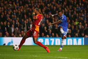 LONDON, ENGLAND - MARCH 18:  Samuel Eto'o of Chelsea shoots past Aurelien Chedjou of Galatasaray to score their first goal during the UEFA Champions League Round of 16 second leg match between Chelsea and Galatasaray AS at Stamford Bridge on March 18, 2014 in London, England.  (Photo by Clive Rose/Getty Images)
