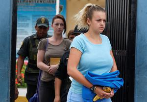 Melissa Reid and Michaella McCollum, both handcuffed, arrive for a court hearing in Lima, Peru (AP Photo/Karel Navarro)