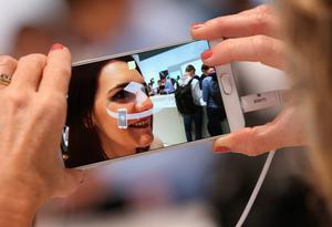 BERLIN, GERMANY - SEPTEMBER 03:  A visitor tries out the camera on a Galaxy Note 5 smartphone at the Samsung stand during a press day at the 2015 IFA consumer electronics and appliances trade fair on September 3, 2015 in Berlin, Germany. The 2015 IFA will be open to the public from September 4-9.  (Photo by Sean Gallup/Getty Images)