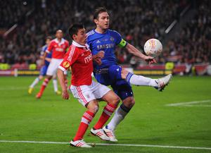 AMSTERDAM, NETHERLANDS - MAY 15:  Frank Lampard of Chelsea and Nicolas Gaitan of Benfica battle for the ball during the UEFA Europa League Final between SL Benfica and Chelsea FC at Amsterdam Arena on May 15, 2013 in Amsterdam, Netherlands.  (Photo by Michael Regan/Getty Images)