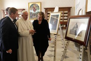 Pope Francis exchanges gifts with Taoiseach  Enda Kenny, left, and his wife Fionnuala during a private audience in his studio, at the Vatican, Monday, Nov. 28, 2016. (AP Photo/Alessandra Tarantino, pool )