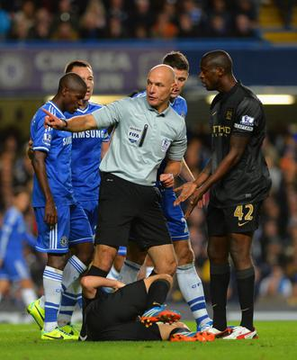 LONDON, ENGLAND - OCTOBER 27:  Referee Howard Webb has words with Yaya Toure of Manchester City during the Barclays Premier League match between Chelsea and Manchester City at Stamford Bridge on October 27, 2013 in London, England.  (Photo by Shaun Botterill/Getty Images)