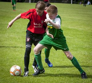 Arklow Town's Kyle Nolan and Foyle Harps Aaron McLaughlin in a midfield battle for possession during Thursday's Hughes Insurance Foyle Cup game at Lisnagelvin, Derry. FC04-M1-05
