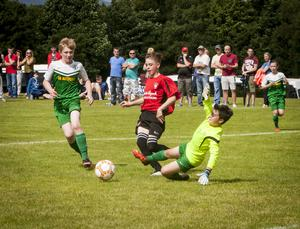 Foyle Harps goalkeeper Paul Ferry gets in a timely tackle during Thursday's Hughes Insurance Foyle Cup game against Arklow Town FC at Lisnagelvin, Derry. FC04-M1-04