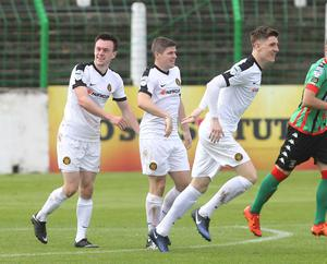 Carrick Rangers' Lee Chapman scores against Glentoran, managed by ex Carrick boss Gary Haveron,  at the Oval Photo Aidan O'Reilly/Pacemaker Press
