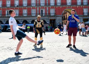 MADRID, SPAIN - APRIL 12:  Leicester City supporters play football in the Plaza Mayor Square prior to the UEFA Champions League Quarter Final first leg match between Club Atletico de Madrid and Leicester City at Vicente Calderon Stadium on April 12, 2017 in Madrid, Spain.  (Photo by Michael Regan/Getty Images)