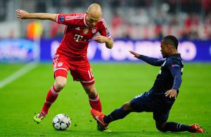MUNICH, GERMANY - APRIL 09:  Arjen Robben (L) of Muenchen challenges Patrice Evra of Manchester during the UEFA Champions League quarter-final second leg match between FC Bayern Muenchen and Manchester United at Allianz Arena on April 9, 2014 in Munich, Germany.  (Photo by Lennart Preiss/Bongarts/Getty Images)