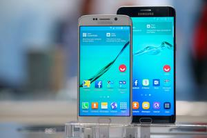 BERLIN, GERMANY - SEPTEMBER 03:  Galaxy S6 Edge (L) and S6 Edge Plus smartphones stand on display at the Samsung stand during a press day at the 2015 IFA consumer electronics and appliances trade fair on September 3, 2015 in Berlin, Germany. The 2015 IFA will be open to the public from September 4-9.  (Photo by Sean Gallup/Getty Images)