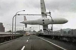 Video footage from a driver's dashcam captured the moment the TransAsia plane turned on its side and crashed over Taiwan's National Freeway No. 1