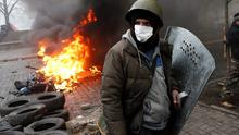 Anti-government protesters man a barricade in central Kiev, Ukraine, Thursday, Feb. 20, 2014. A brief truce in Ukraine's embattled capital failed Thursday, spiraling into fierce clashes between police and anti-government protesters. (AP Photo/Darko Bandic)