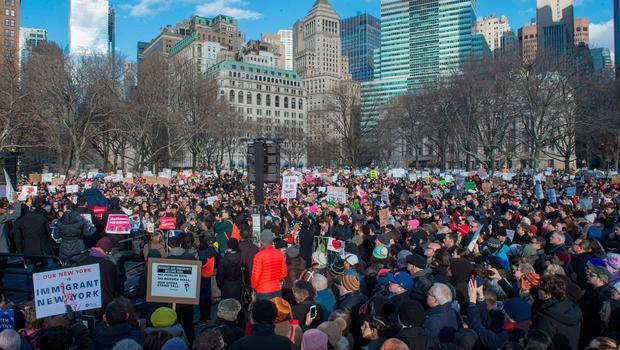 Mayor Bill de Blasio (L) speaks as protesters gather in Battery Park and march to the offices of Customs and Border Patrol in Manhattan to protest President Trump's Executive order imposing controls on travelers from Iran, Iraq, Libya, Somalia, Sudan, Syria and Yemen, January 29, 2017 in New York. / AFP PHOTO / Bryan R. SmithBRYAN R. SMITH/AFP/Getty Images