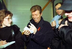 David Bowie with Belfast Telegraph reporter Marie Foy in Belfast on the 6th December 1995.