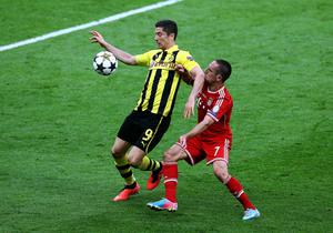 LONDON, ENGLAND - MAY 25:  Robert Lewandowski of Borussia Dortmund (L) in action with Franck Ribery of Bayern Muenchen during the UEFA Champions League final match between Borussia Dortmund and FC Bayern Muenchen at Wembley Stadium on May 25, 2013 in London, United Kingdom.  (Photo by Martin Rose/Getty Images)