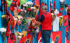 Munster Rugby fans place tributes outside Thomond Park in Limerick after the death of head coach Anthony Foley. PRESS ASSOCIATION Photo. Picture date: Sunday October 16, 2016. See PA story RUGBYU Foley. Photo credit should read: Niall Carson/PA Wire