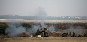Israeli soldiers fire artillery shells into Gaza on July 23, 2014 near Kafar Aza, Israel.   (Photo by Andrew Burton/Getty Images)
