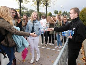 Press Eye - Belfast - Northern Ireland - 21st October 2015  One Direction fans queue up at the SSE Arena in Belfast ahead of tonight's concert.  The boy band, who are playing three nights in Belfast, cancelled last nights gig at the last minute.  The group made an announcement around lunch time to say they were going ahead with the rest of the shows and are rescheduling the canceled performance to Friday night.   SSE Arena staff hand out water to the waiting fans.  Picture by Jonathan Porter/PressEye