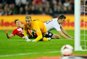 Joe Hart of England looks on as Robert Lewandowski of Poland (L) misses a chance during the FIFA 2014 World Cup Qualifying Group H match between England and Poland at Wembley Stadium on October 15, 2013 in London, England.  (Photo by Mike Hewitt/Getty Images)
