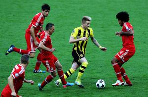 LONDON, ENGLAND - MAY 25:  Marco Reus of Borussia Dortmund (C) in action with Dante of Bayern Muenchen (R) during the UEFA Champions League final match between Borussia Dortmund and FC Bayern Muenchen at Wembley Stadium on May 25, 2013 in London, United Kingdom.  (Photo by Martin Rose/Getty Images)