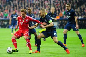 MUNICH, GERMANY - APRIL 09:  Mario Goetze (L) of Muenchen challenges Nemanja Vidic (C) of Manchester during the UEFA Champions League quarter-final second leg match between FC Bayern Muenchen and Manchester United at Allianz Arena on April 9, 2014 in Munich, Germany.  (Photo by Lennart Preiss/Bongarts/Getty Images)