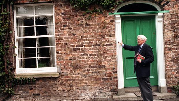 "PACEMAKER BELFAST 23/06/98 ""Election Apathy"" SDLP deputy leader Seamus Mallon finds yet another empty house as he canvasses in Milford Co Armagh this afternoon in the run up to Thursdays Assembly elections."