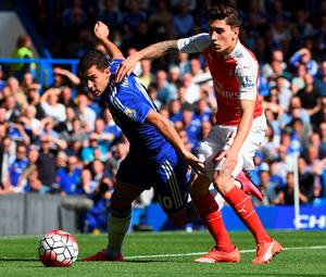 LONDON, ENGLAND - SEPTEMBER 19:  Eden Hazard of Chelsea and Hector Bellerin of Arsenal compete for the ball during the Barclays Premier League match between Chelsea and Arsenal at Stamford Bridge on September 19, 2015 in London, United Kingdom.  (Photo by Ross Kinnaird/Getty Images)