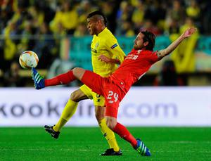 VILLARREAL, SPAIN - APRIL 28:  Joe Allen of Liverpool stretches to challenge Jonathan dos Santos of Villarreal during the UEFA Europa League semi final first leg match between Villarreal CF and Liverpool at Estadio El Madrigal on April 28, 2016 in Villarreal, Spain.  (Photo by David Ramos/Getty Images)