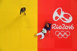 RIO DE JANEIRO, BRAZIL - AUGUST 08:  Shohei Ono of Japan (white) defeats Rustam Orujov of Azerbaijan in the Men's -73 kg Final - Gold Medal Contest on Day 3 of the Rio 2016 Olympic Games at Carioca Arena 2 on August 8, 2016 in Rio de Janeiro, Brazil.  (Photo by Richard Heathcote/Getty Images)