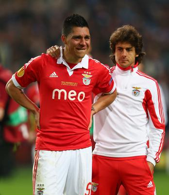 AMSTERDAM, NETHERLANDS - MAY 15:  A dejected Enzo Perez of Benfica is consoled by Pablo Aimar of Benfica during the UEFA Europa League Final between SL Benfica and Chelsea FC at Amsterdam Arena on May 15, 2013 in Amsterdam, Netherlands.  (Photo by Michael Steele/Getty Images)