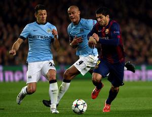 Barcelona's Uruguayan forward Luis Suarez (R) vies with Manchester City's Argentinian defender  Martin Demichelis (L) and Manchester City's Belgian defender Vincent Kompany (C) during the UEFA Champions League round of 16 football match FC Barcelona vs Manchester City at the Camp Nou stadium in Barcelona on March 18, 2015. AFP PHOTO / LLUIS GENELLUIS GENE/AFP/Getty Images